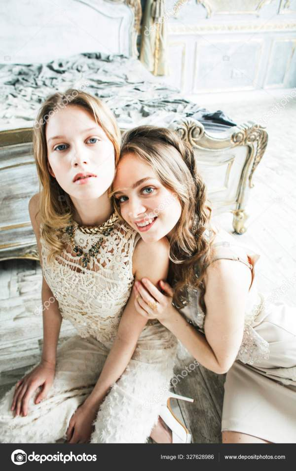 Две красивые Твин сестра блондинка фигурные прическа ...