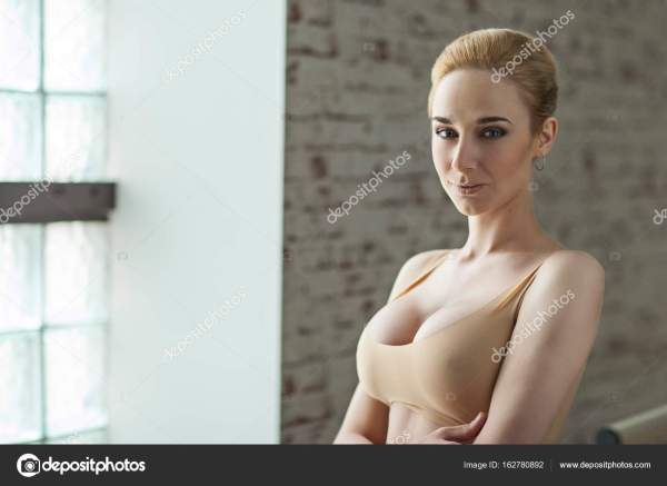 Стройная блондинка балерина в яркий танцевальный зал ...
