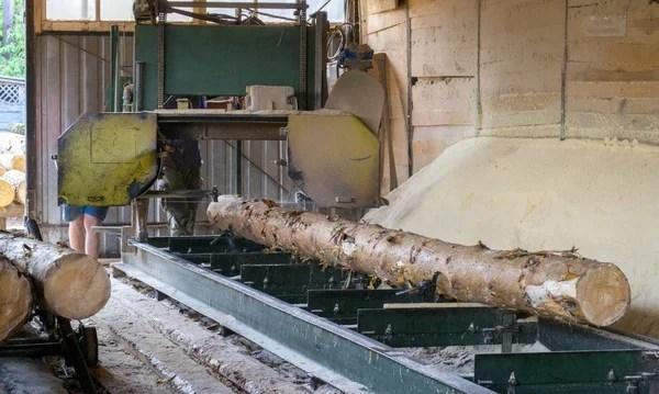 Лесопилка. Процесс обработки бревен в лесопильных станках ...