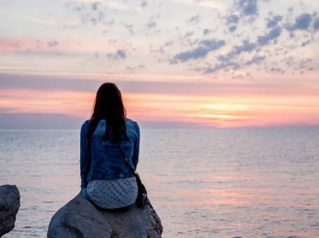 Tramonto sul mare donna guardando l'orizzonte — Vista, Bellezza - Stock  Photo | #149321814
