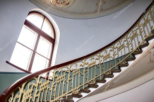 Рига, Латвия, 16-Октябрь-2016: винтовая лестница в стиле ...