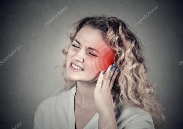 Звон в ушах. Больные женщины, имеющие боль в ушах, касаясь ...