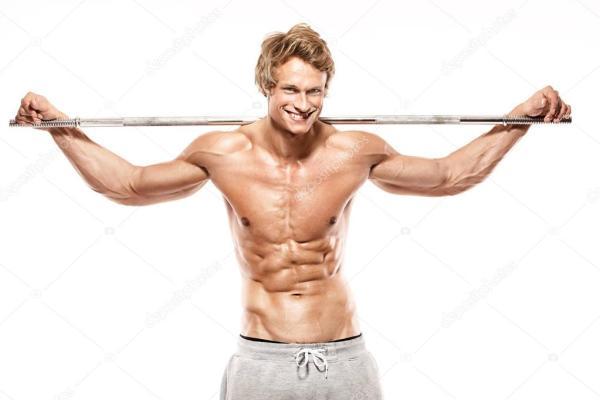 мускулистый парень культуриста, делающий упражнения с ...