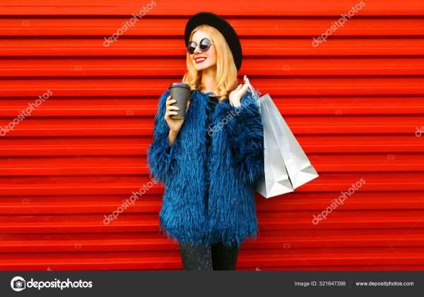 Портрет стильной улыбающейся женщины с чашкой кофе и ...