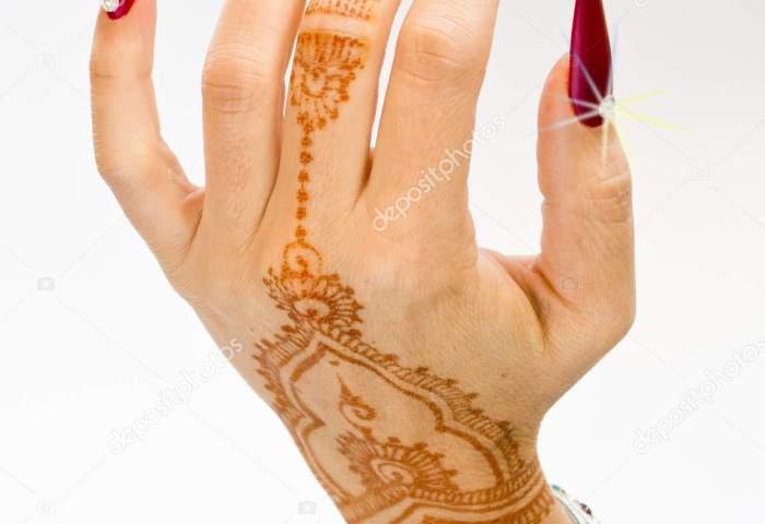 Manos Decoradas Hindu Uñas Decoradas Con Brillantes Y Con Tatuajes