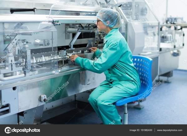 Ученый стоит рядом с машиной на заводе — Стоковое фото ...