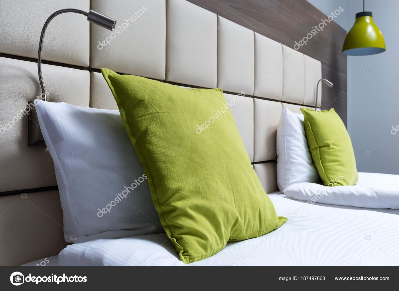 coussin vert lecture lampes et tete de lit en cuir dans la chambre a coucher moderne image de bubutu