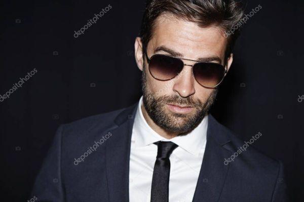 Красивый бородатый человек в костюме — Стоковое фото ...