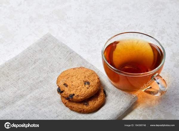 Вид сверху. Картинка чая в прозрачной чашке с печеньем на ...