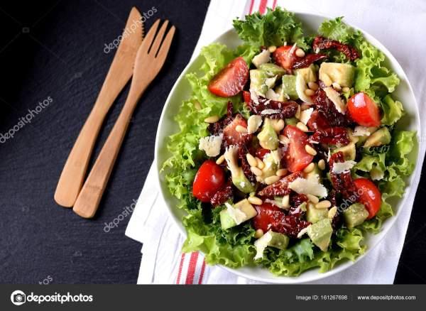 Салат из салата, помидоры черри, сушеные помидоры, авокадо ...