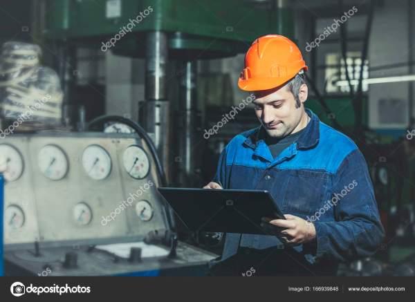 Работа на заводе с планшета в руках на фоне t — Стоковое ...