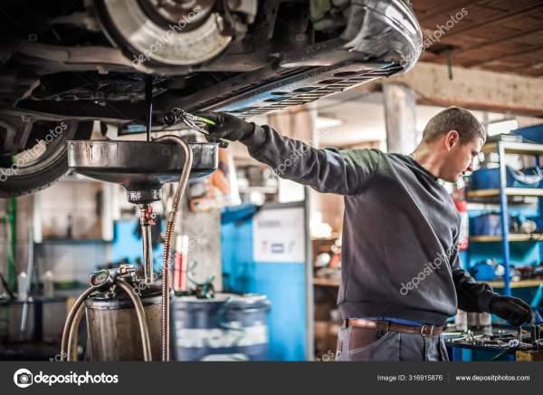 Механический разряд моторного масла из двигателя танка под ...