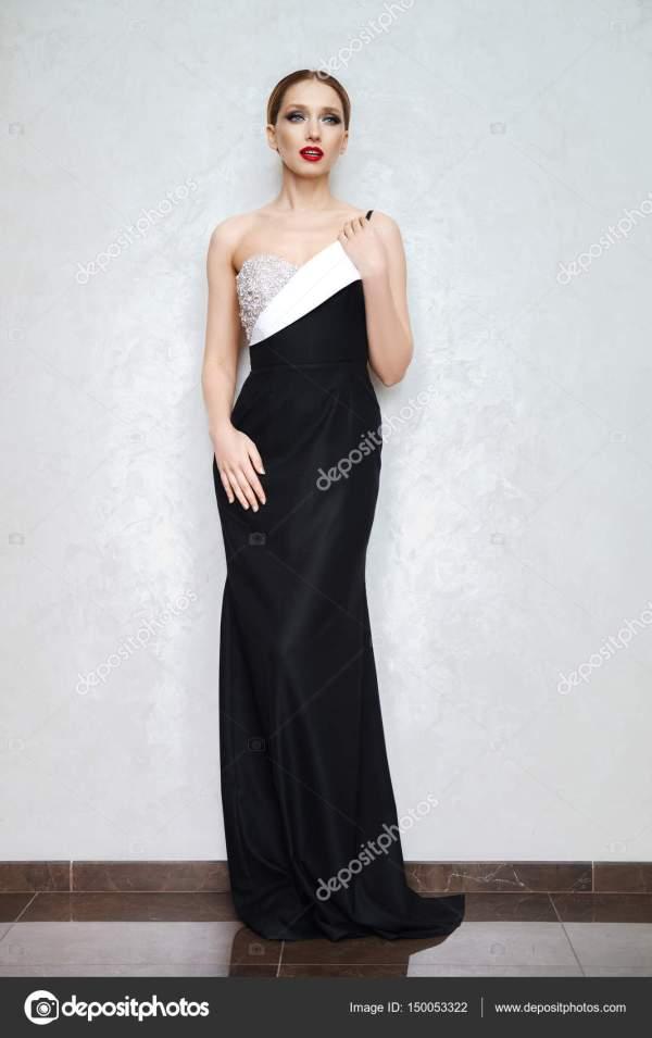 Портрет красивая женщина в вечернем платье и венец цветы в ...