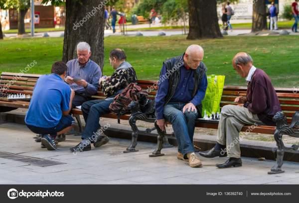 Мужчины играют в шахматы и карты. – Стоковое редакционное ...