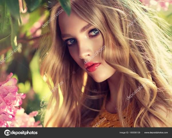 Красивый Весенний Модель Девушка Душистые Цветки Парке