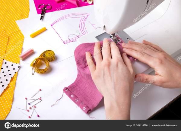 Женские Руки Используют Швейную Машинку Шитья Розовой ...