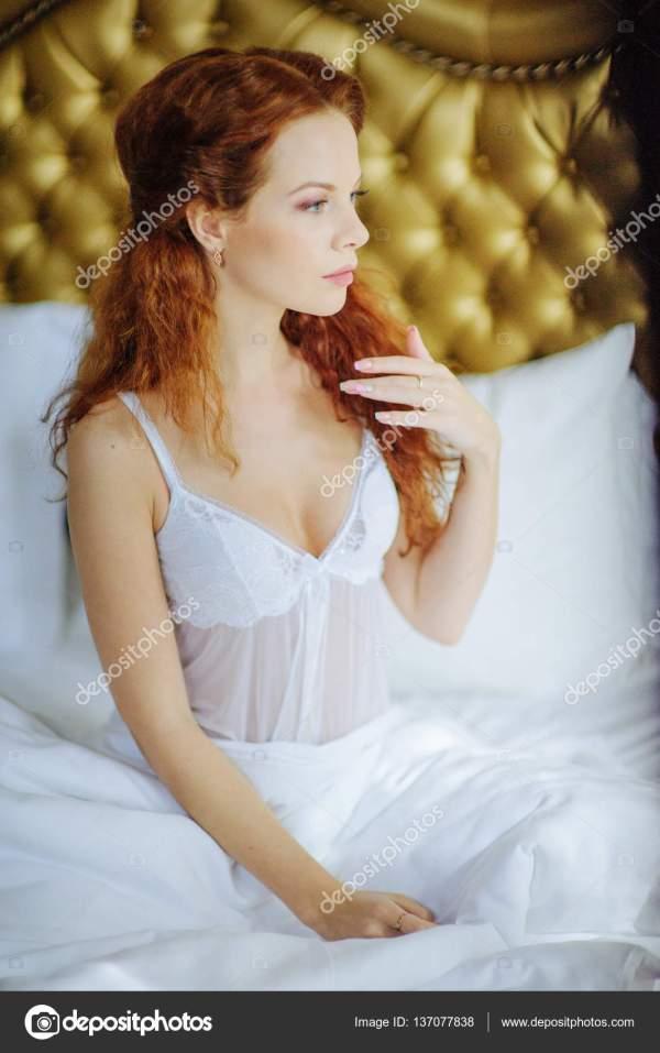 Красивая сексуальная redhair леди в элегантные белые