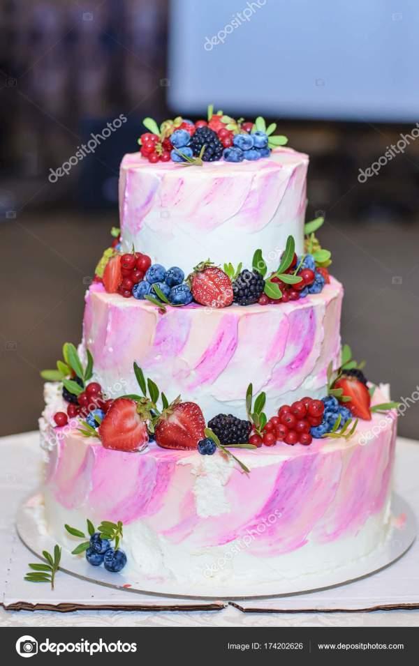 Красивый свадебный торт с ягодами — Стоковое фото ...
