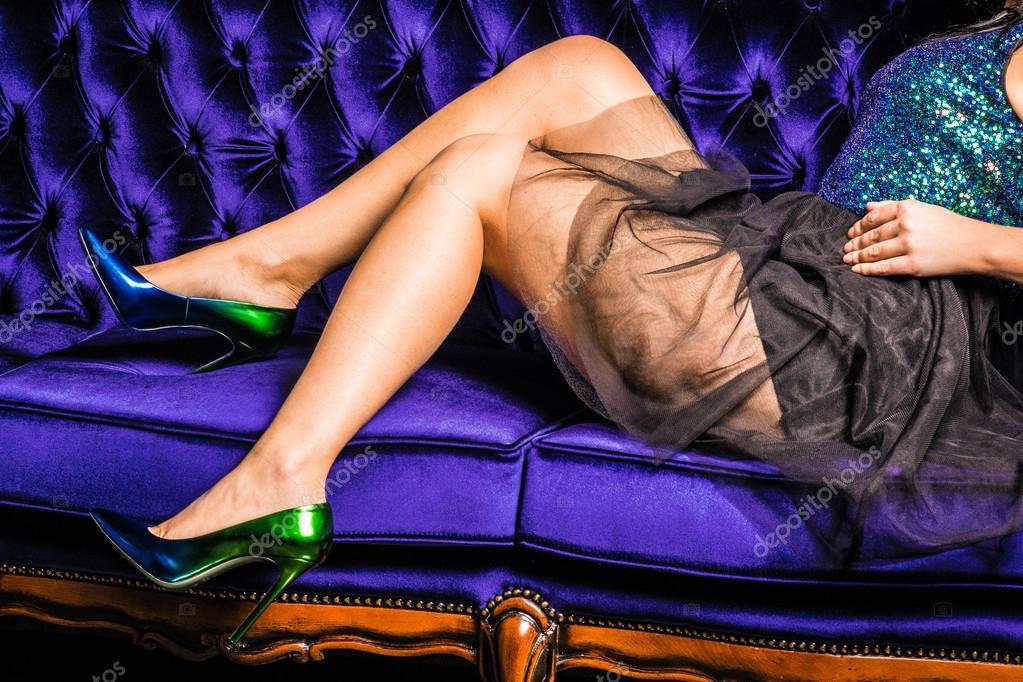 jambes de belle femme avec bas et talons vers le haut isolement sur un canape jeune fille en robe image de forget me not