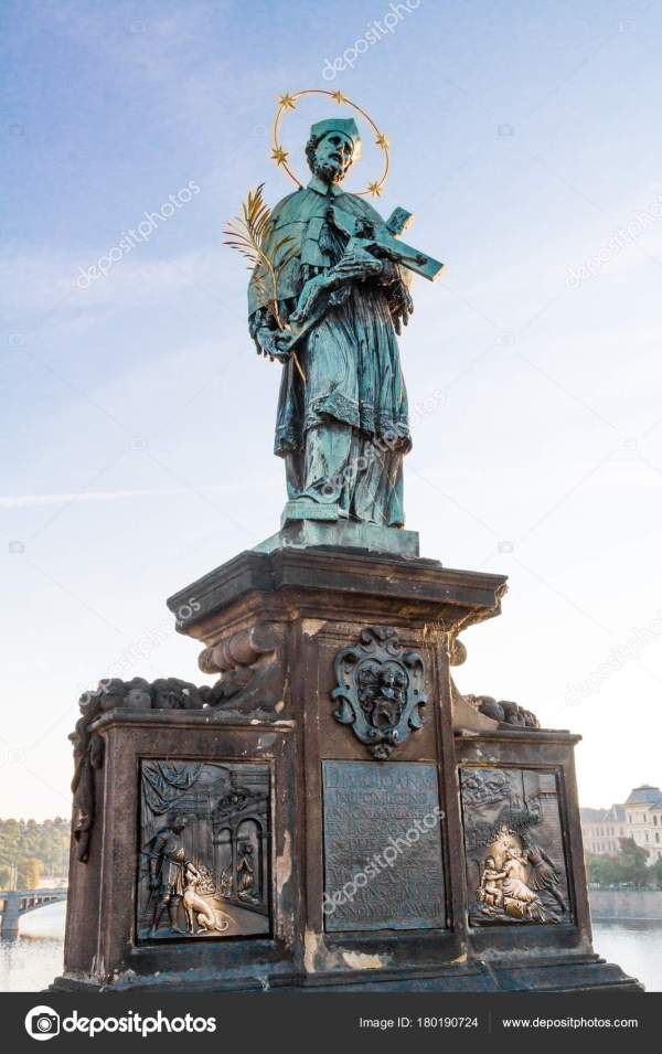 Статуя Святого Иоанна Непомуцкого на Карлов мост в Праге ...