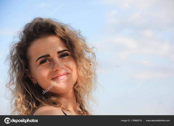 Красивая Девушка Вьющиеся Волосы Портрет Небо — Стоковое ...