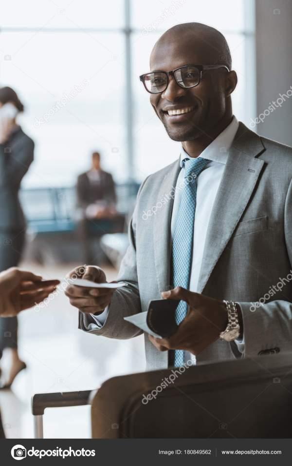 Бизнесмен Дает Паспорт Билет Сотрудников Аэропорту ...
