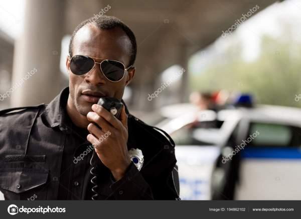 Афро Американский Офицер Полиции Разговор Рации Радио ...