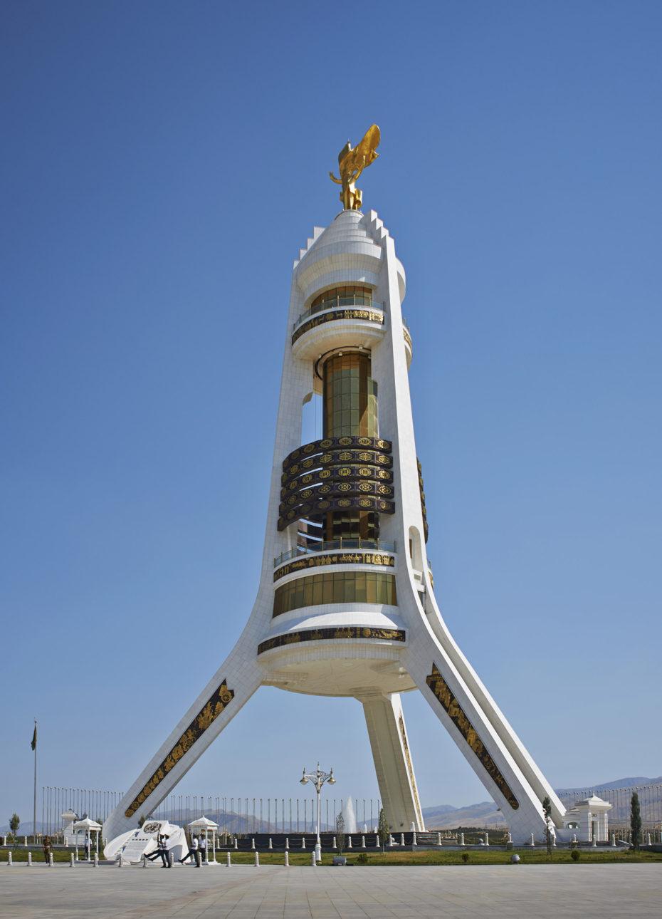 Monumento a la Neutralidad en Asjabad, Turkmenistán