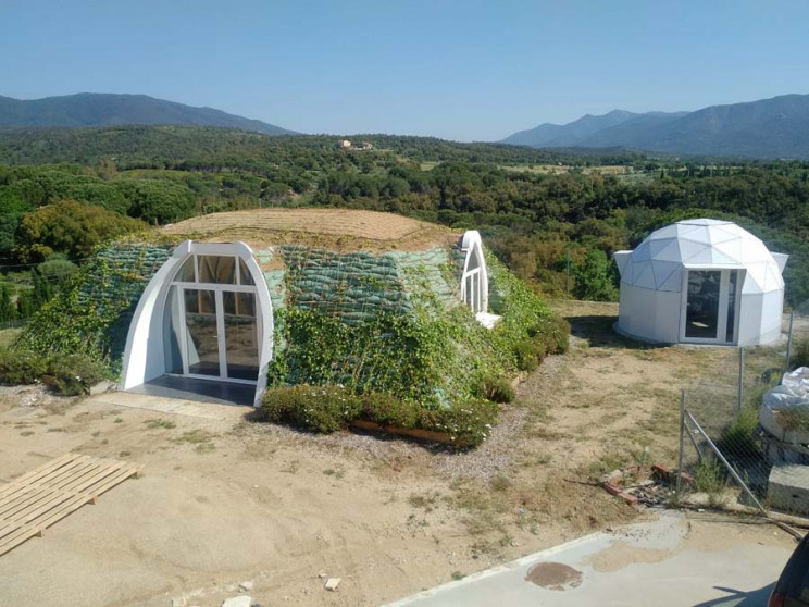 Proceso de construcción de una casa prefabricada subterránea en Girona / Green Magic Homes