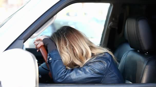 Resultado de imagem para chorando no carro