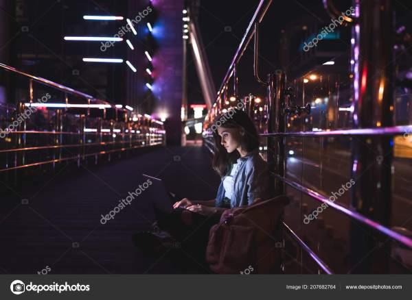 Вид Сбоку Молодой Женщины Помощью Ноутбука Улице Огни ...