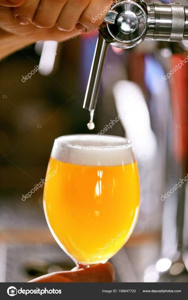 Пиво Сквозное Крупный План Наливание Свежего Пшеничного ...