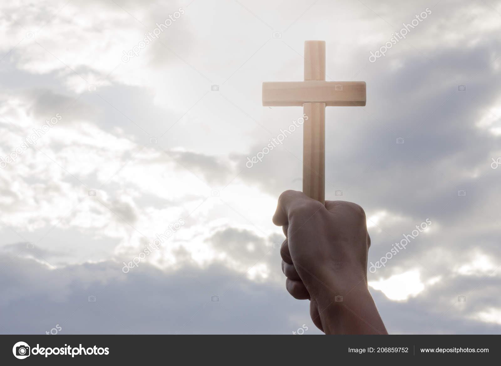 手持十字架的人的手 背景是日出 概念為基督徒 基督教 天主教宗教 天體或上帝 — 圖庫照片©Tinnakorn#206859752