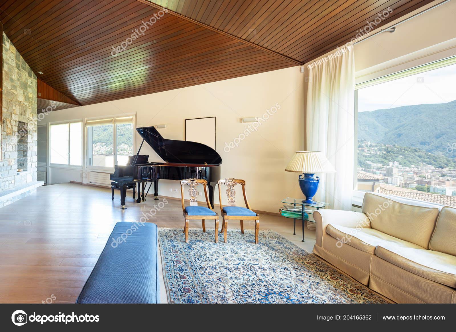 salon moderne avec plafond bois dans villa personne interieur image libre de droit par zveiger c 204165362
