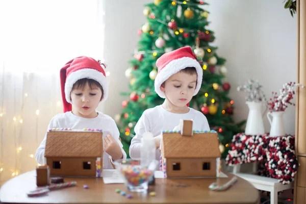 Симпатичные маленькие дети, братья мальчик, играя с ...