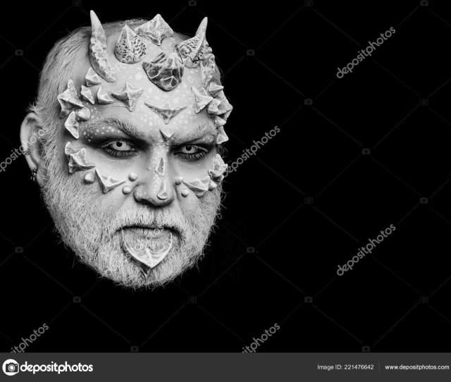 Terror Hombre O Monstruo Con Espinas En La Cara Con Maquillaje Foto De Stock
