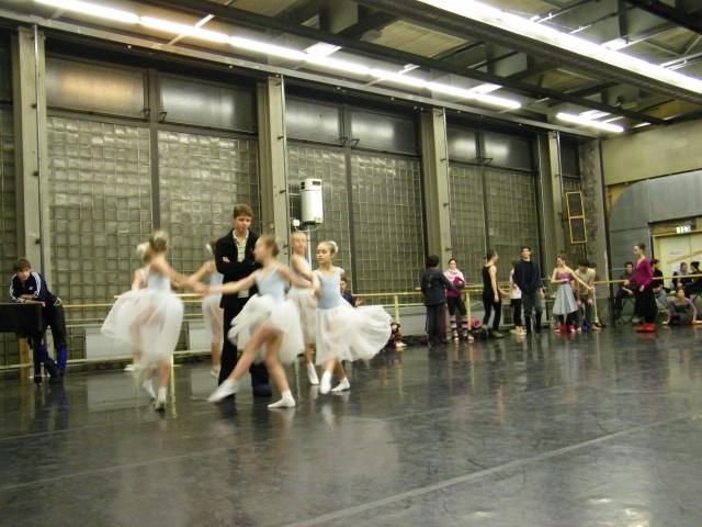 Die Schülerinnen mit Taras Bilenko