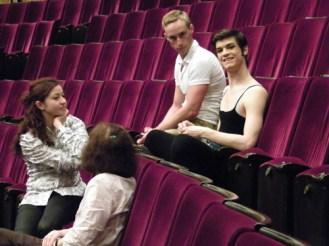 ... und im Zuschauerraum: Giacomo Bevilacqua wartet mit Freunden auf seinen Auftritt nach der Pause.