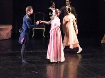 Fürst Gremin (Leonard Jakovina) begrüßt Tatjanas & Olgas Mutter, Madame Larina (Barbara Schroeder)