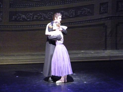 Fürst Gremin hält seine Frau Tatjana im Arm (Leonard Jakovina & Nadja Saidakova).