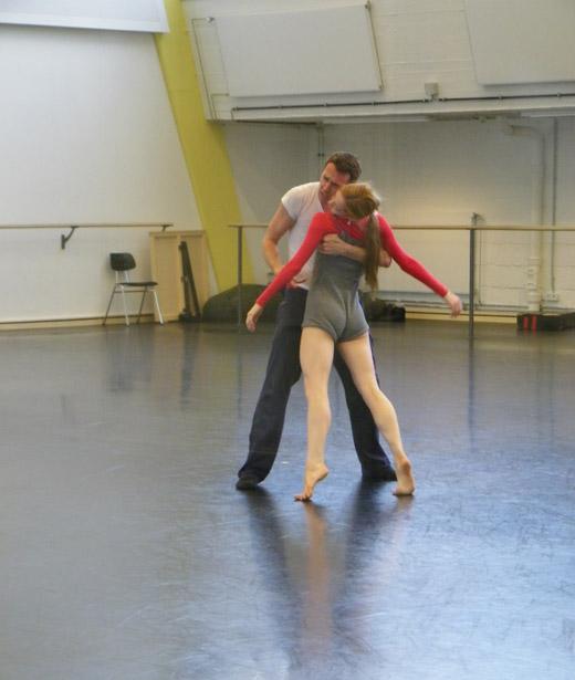 Vertrauen ist das A & O, denn die Tänzerin hat den gesamten Pas de deux die Augen geschlossen!
