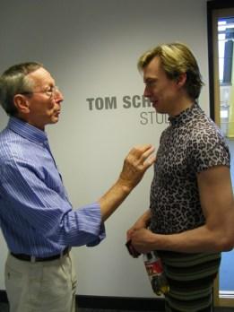Tom Schilling zeigt sich...