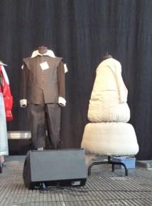 Kostüme, die zur Versteigerung bereitstehen.