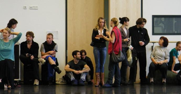 Die TänzerInnen und Mitarbeiter warten gespannt...