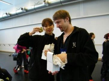 Shoko Nakamura und Wieslaw Dudek freuen sich über ihre Windlichter.