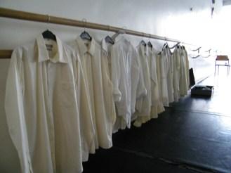 Weiße Hemden warten auf ihren Einsatz.
