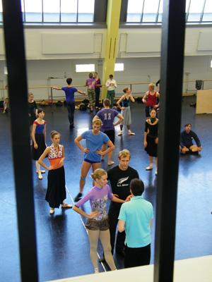 Die TänzerInnen hinter Gittern.