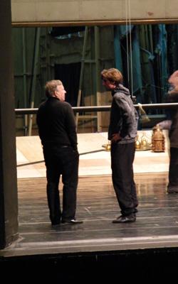 Heinz Spoerli unterhält sich mit Leonard Jakovina, der den Tod tanzen wird.