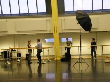 Interviewter, Interviewer, Fotograf und Assistent.