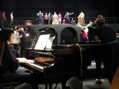 Pianistin Alina Pronina begleitet die Probe.